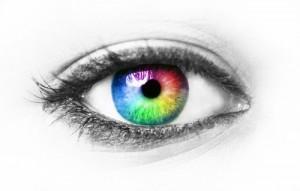 mit farbigen kontaktlinsen spielen