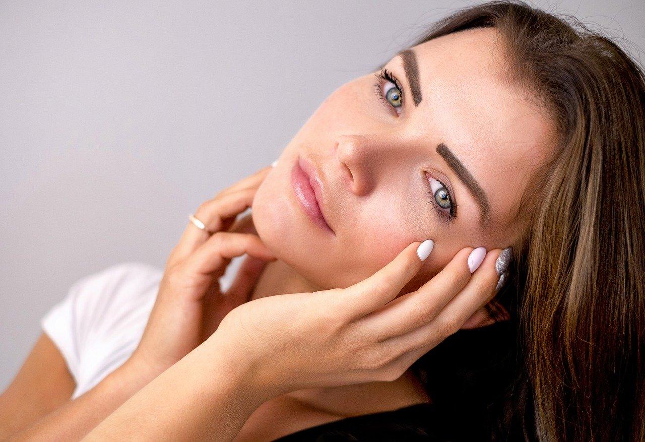 stirnfalten-glaetten-frauen-kosmetik-falten-hyaluron